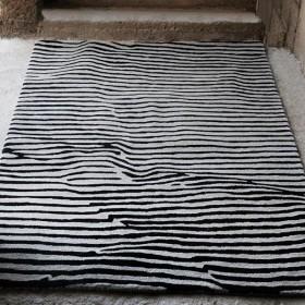 tapis en laine tufté main crumple noir the rug republic