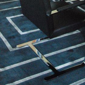 tapis moderne jules wabbes motif maille bleu angelo