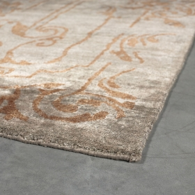 tapis angelo silky taupe et motif baroque orange
